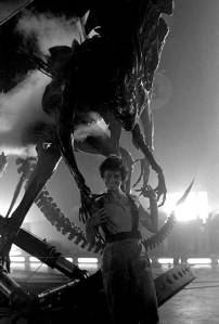 Sigourney-Weaver-and-the-Alien-Queen-on-the-set-of-Aliens