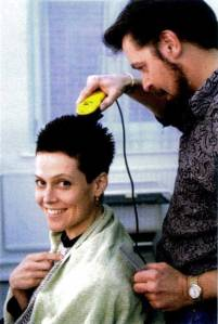 Sigourney-Weaver-shaving-her-head-for-Alien-3