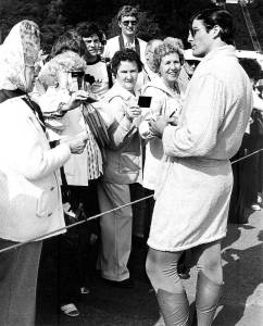 Christopher-Reeve-signing-autographs-during-the-filming-of-the-Niagara-Falls-scene-for-Superman-II